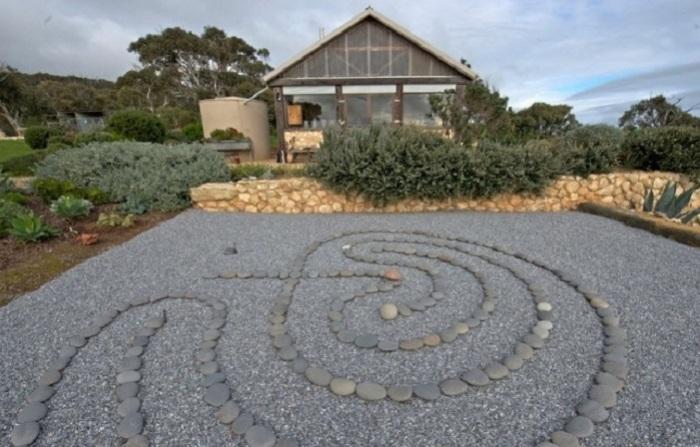 С помощью морской гальки можно создавать по истине оригинальные инсталляции.