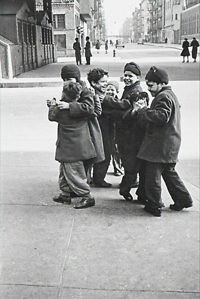 Уличная жизнь Нью-Йорка с 1930-х до 80-х годов в фотографиях Элен Левитт 50