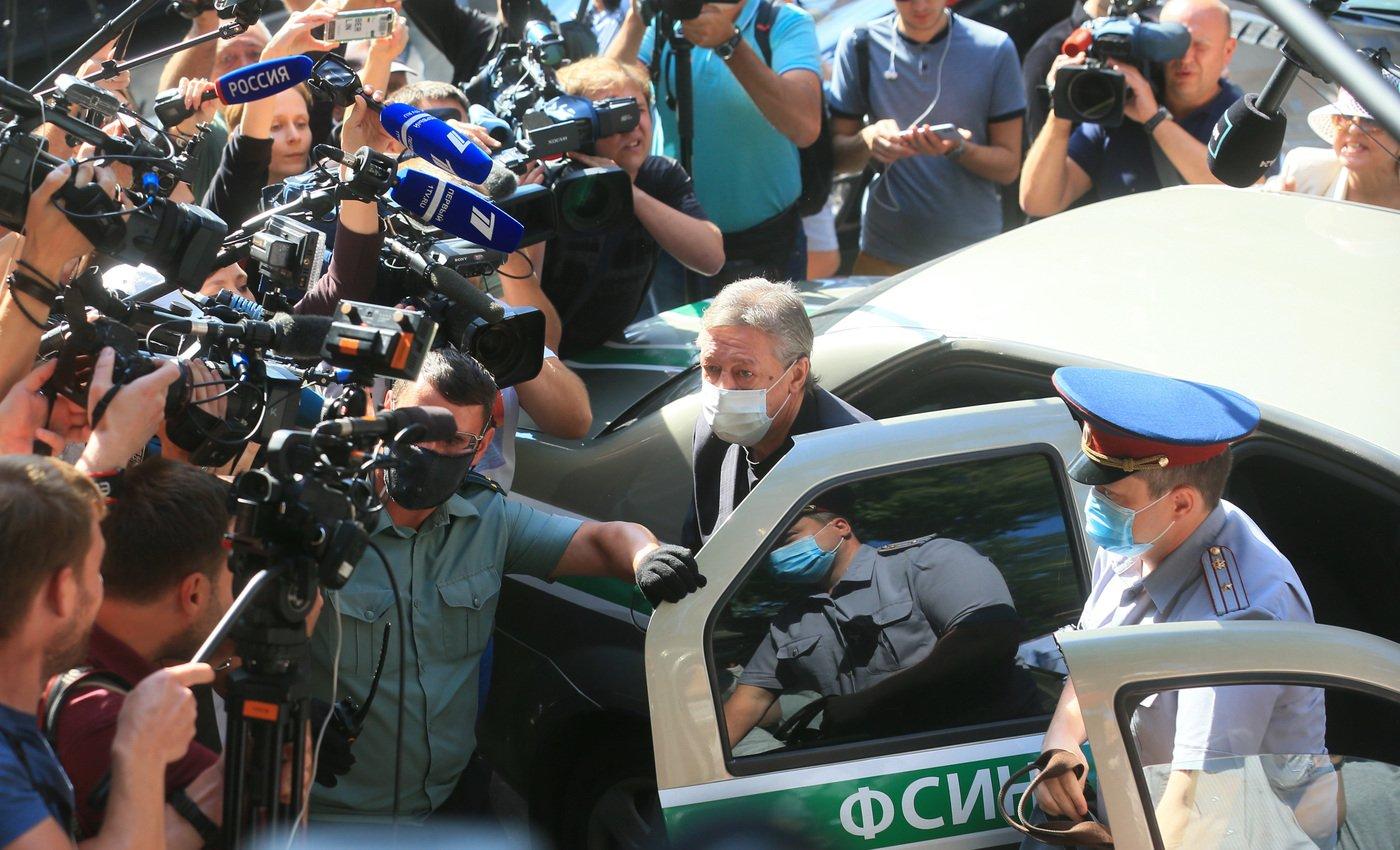 Актера Ефремова приговорили к 8 годам колонии по делу об аварии с гибелью человека