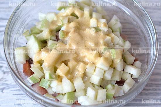 Заправить салат получившимся соусом, перемешать.