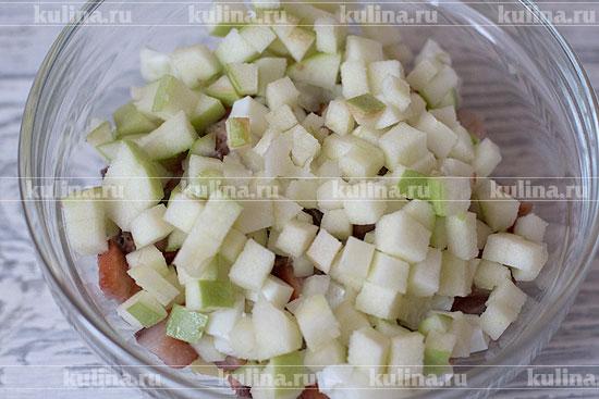 Яблоки нарезать мелким кубиком и положить в миску.