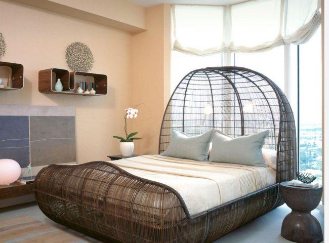 Панорамные окна в округлой комнате создают дополнительное пространство для кровати