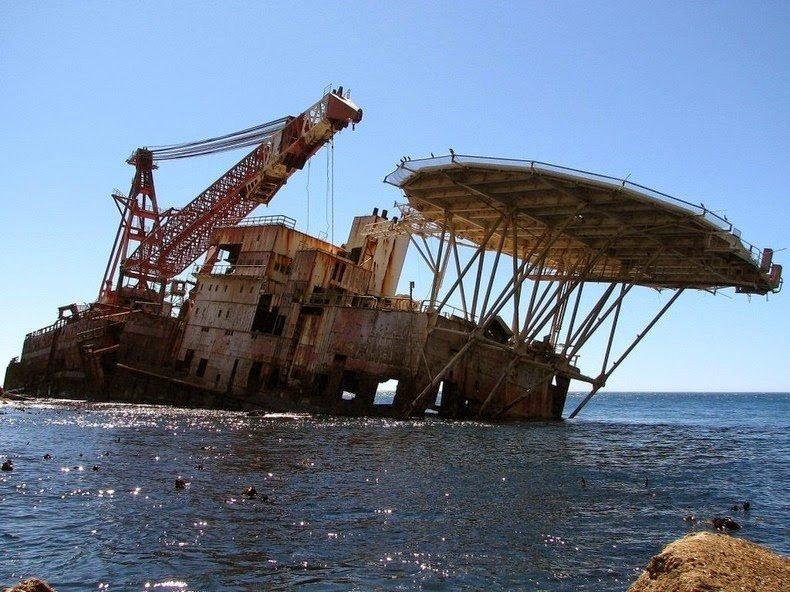 BOS 400 — это французская баржа была самым большим плавучим краном в Южной Африке, но в 1994 году села на мель в Maori Bay в Южной Африке, когда её транспортировал русский буксир выброшенные, жизнь, катастрофа, корабли, красота, невероятное