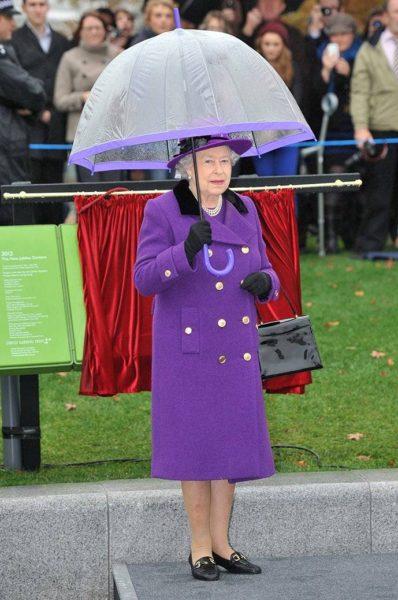 Из жизни Елизаветы II: интересная особенность в гардеробе королевы, вы уже заметили? супер