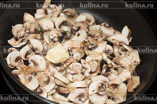 Нарезать грибы покрупнее и обжаривать в масле до золотистого цвета.