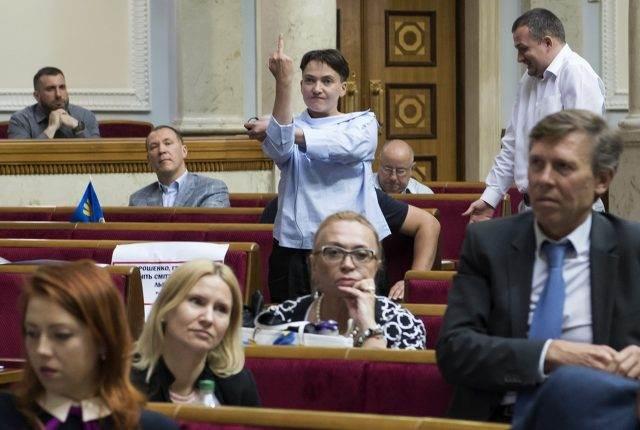 На Украине с перепугу разрешили обыскивать депутатов и запретили вход в Раду людям с оружием