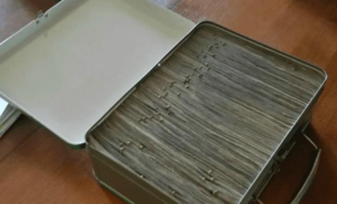 Семья начала снимать старую краску на потолке и нашла лаз в тайник наверху. За потолком лежал запечатанный чемодан и они решили его открыть Культура