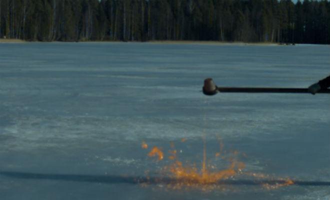 Выливаем расплавленный металл на лед замерзшего озера и проверяем кто кого