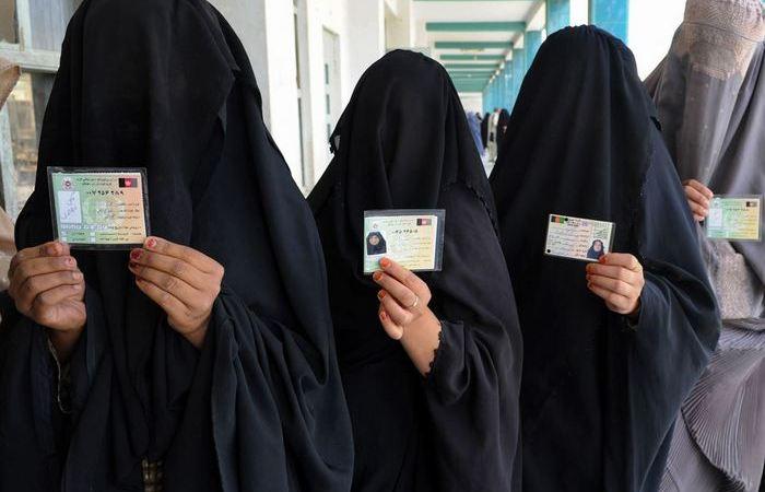 Как мусульманки с закрытыми лицами проходят в аэропортах паспортный контроль