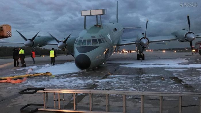 Самолет Ил-38 с невыпущенной передней стойкой шасси совершил аварийную посадку в Жуковском...