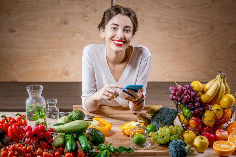 девушка на диете подсчитывает калории