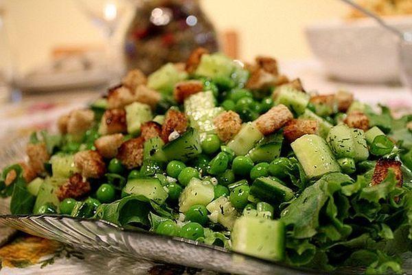 Cалат из консервированного горошка с овощами и орехами