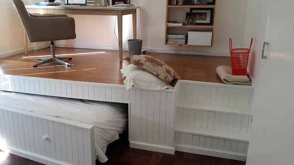 В этой комнате помещался только стол и стул. То, что сделал этот парень, нужно видеть!