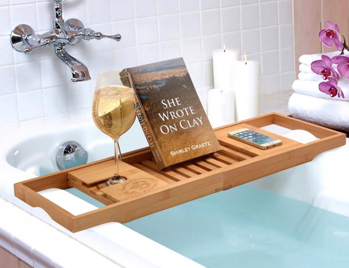 На такой подставке могут уместиться все самые важные предметы для отдыха в ванной. /Фото: outwardboundbermuda.org