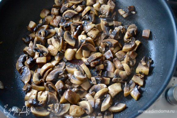 Шампиньоны нарезать и обжарить на растительном масле.