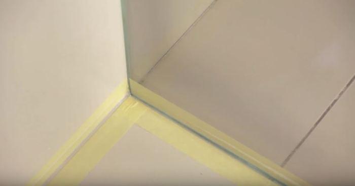 Клеим скотч по бокам. /Фото: youtube.com.