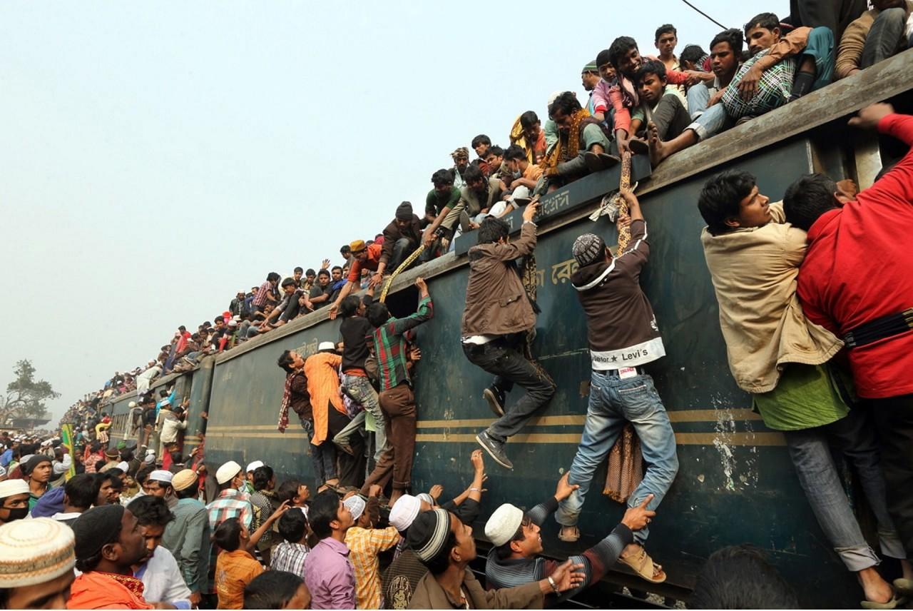 Как жители Бангладеш добираются с работы домой
