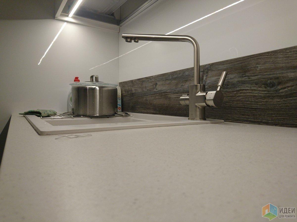 Кран мы выбрали с двумя сливами один для питья с фильтрованной водой , второй для мытья. Обошёлся около 5000 р от корейских дизайнеров.