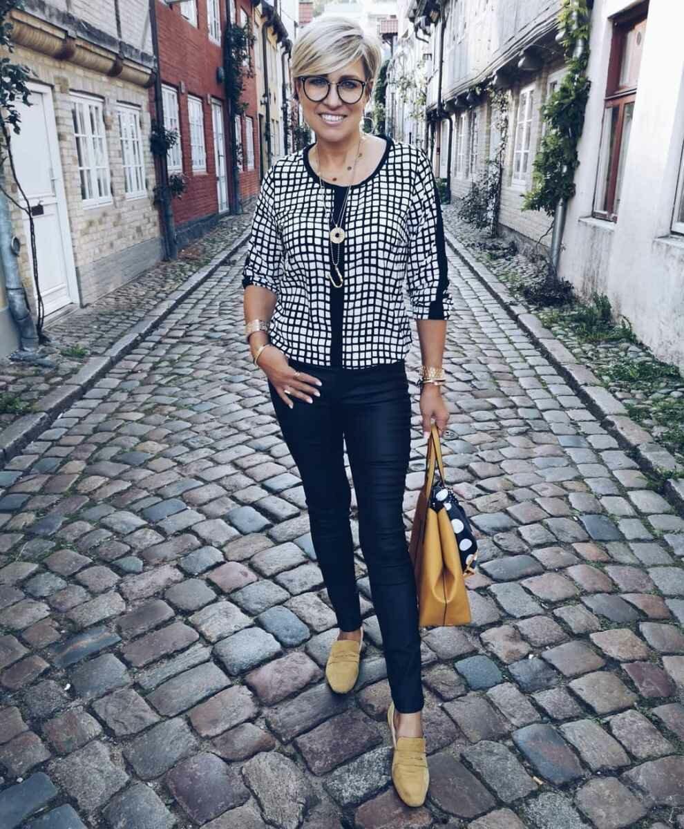 Настоящий стиль для женщин 50+ цвета, образ, брюки, брюками, подобрали, образу, сумка, детали, белые, выбрали, Дополнительные, силуэта, свободного, босоножки, слегка, широким, оттенка, белыми, джемпером, футболкой