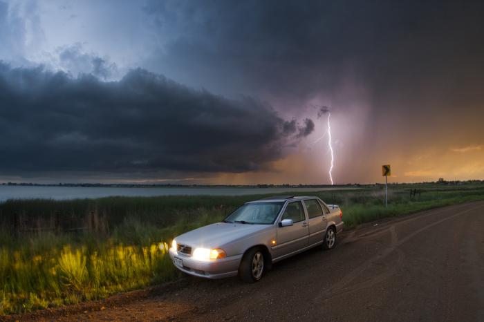 Молния может ударить в машину.  Фото: theecology.net.