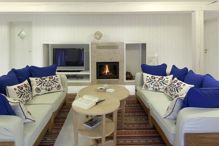 Дизайнерский ремонт в старом деревенском доме: скандинавский минимализм и жилая мансарда
