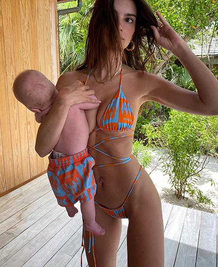 """Эмили Ратажковски поделилась серией фото из отпуска в честь дня рождения, а в сети ее раскритиковали как """"плохую мать"""" Звездные дети"""