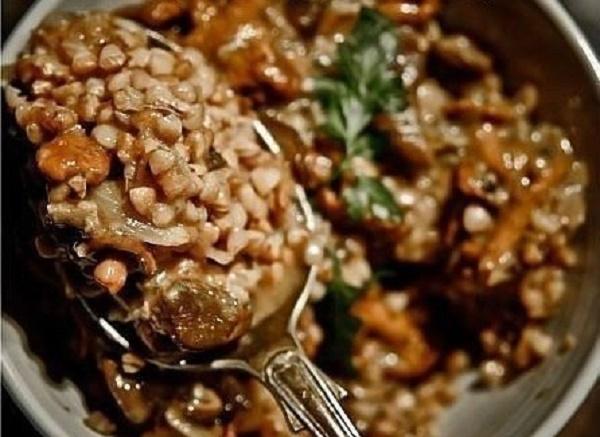 Сочная и ароматная гречка с грибами и мясом приготовленная в пакете