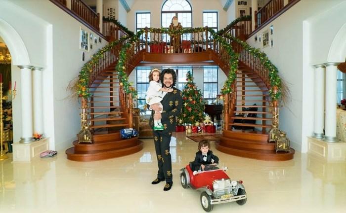 Филипп Киркоров с детьми в загородном доме. / Фото: www.yandex.net