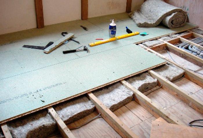 Как лучше утеплить деревянный пол на даче?