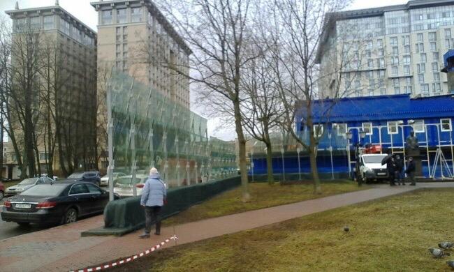 """""""Народной любви боятся?"""": К приезду Путина памятник Собчаку обносят бронированными стёклами"""