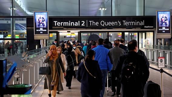 Великобритания задерживает прибывающих европейцев и выдворяет их из страны