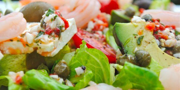 Рецепт греческого салата с креветками, авокадо и каперсами