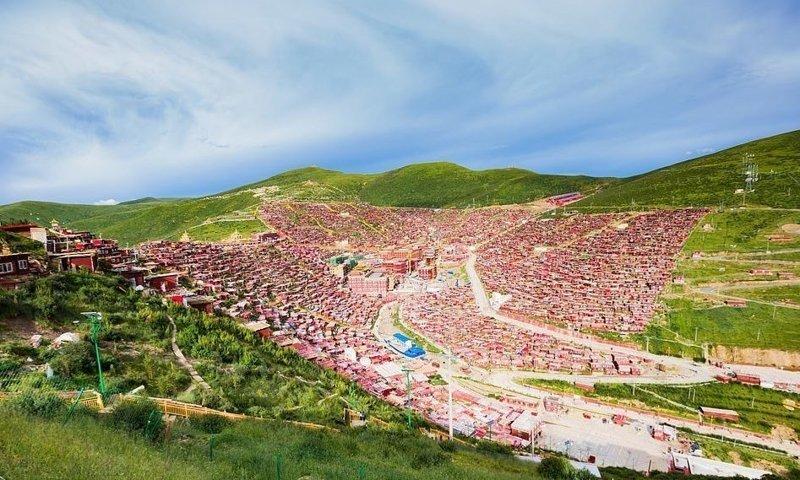 Вагончики тибетских монахов вокруг монастыря Вумин в провинции Сычуань, где расположена самая большая в Тибете буддистская академия виды, города, китай, красота, необыкновенно, пейзажи, удивительно, фото
