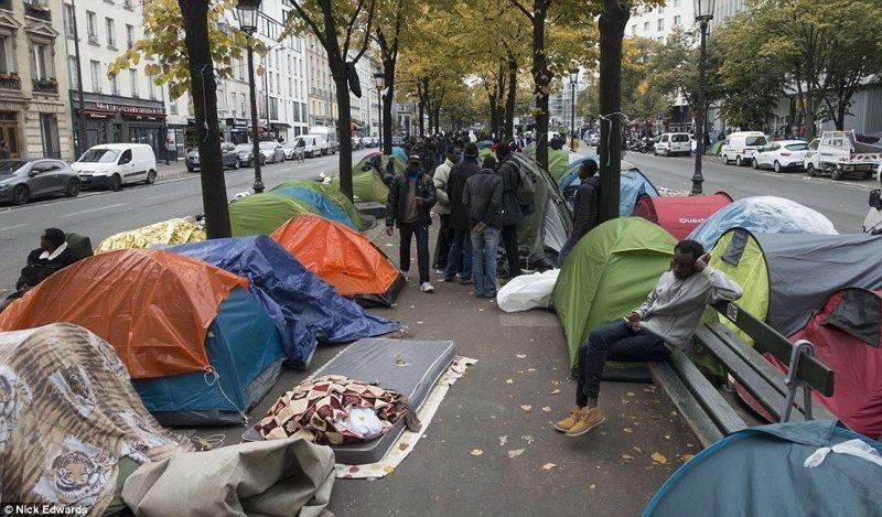 А это лагеря беженцев, практически в центре Парижа - этим уже никого не удивишь. Власти периодически чистят эти клоаки, но они возникают вновь и вновь грязь, изнанка, курорты, нищета, путешествия, трущобы