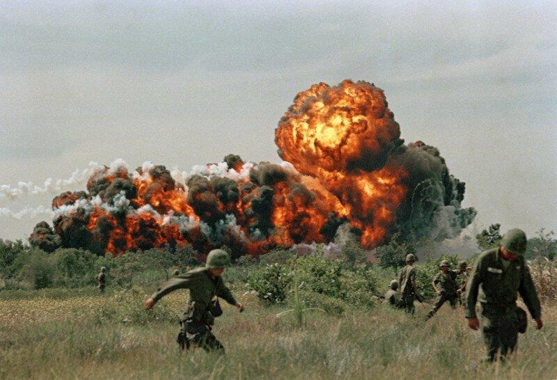 Морпехи США на фоне волны напалма в Южном Вьетнаме. 1966 г. история, ретро, фото