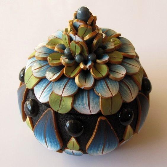 Цветы из полимерной глины в украшениях и на шкатулках  Автор: Kim Detmers