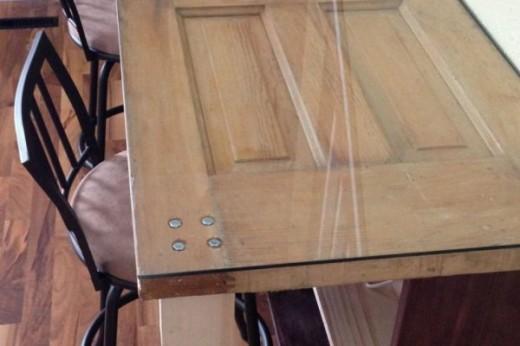 Интересный предмет мебели из старых дверей