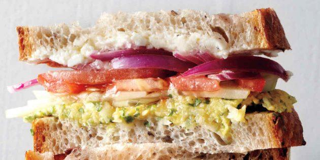 Сэндвич с греческим салатом и нутовой пастой