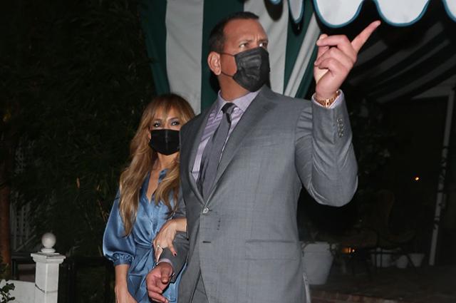 Гламур во время пандемии: Дженнифер Лопес на ужине с женихом Алексом Родригесом Звездный стиль