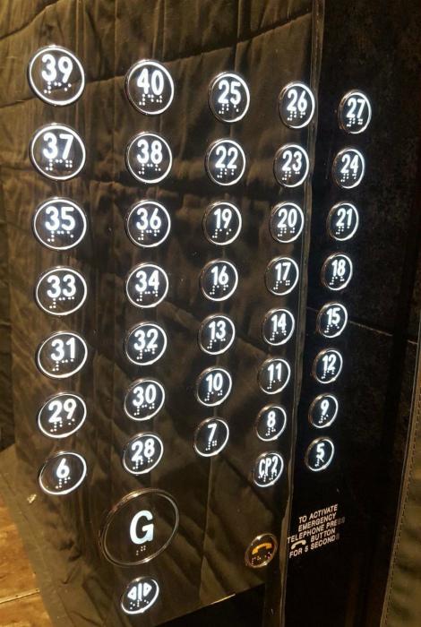 Сложная система кнопок в лифте.