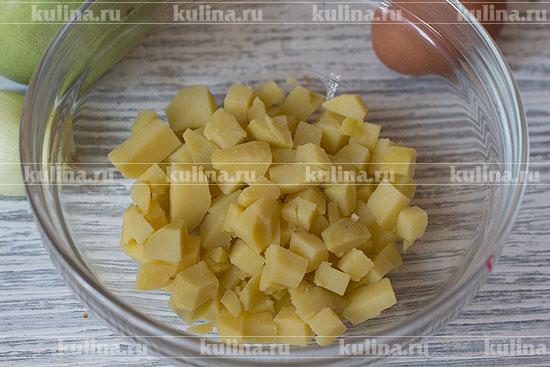 Картофель очистить, нарезать мелким кубиком и положить в миску.