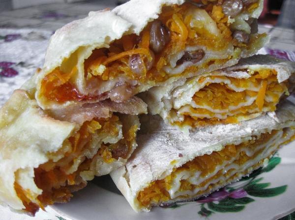 Готовый пирог с тонкой хрустящей корочкой, густо посыпанной сахарной пудрой. Объедение!