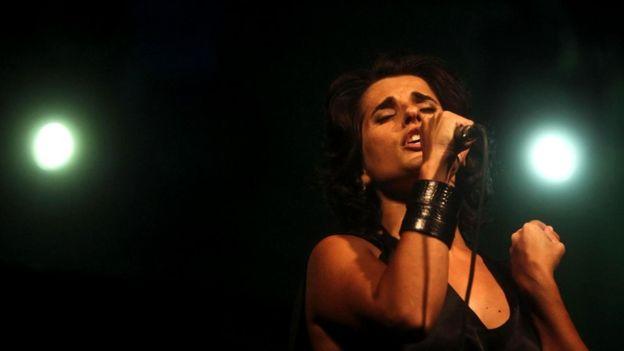 Португальские исполнители фаду, такие как Кристина Бранку, передают своим пением острую тоску саудади