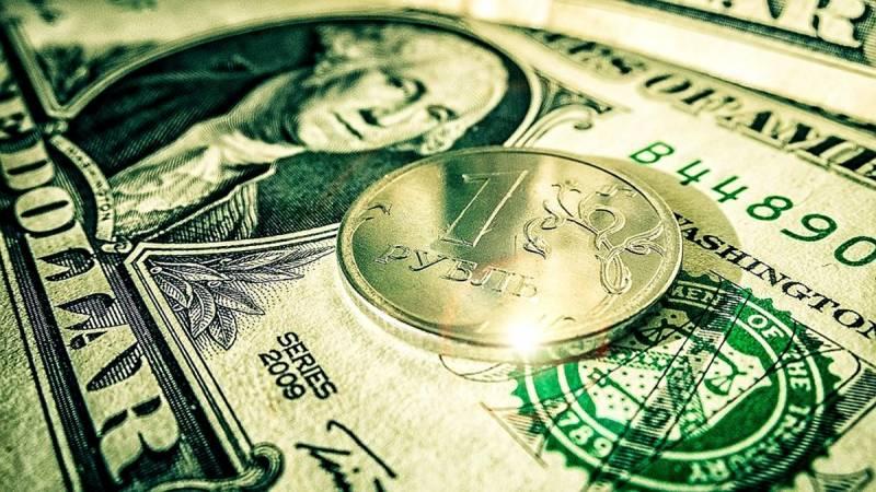 Россию накрывает «долларовое цунами»