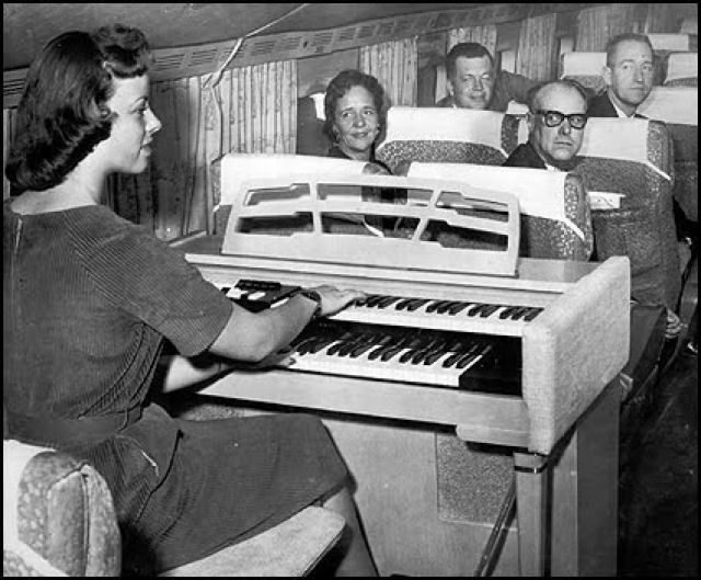 В самолете органист развлекает пассажиров первого класса, 1959 год. история, классика, фото