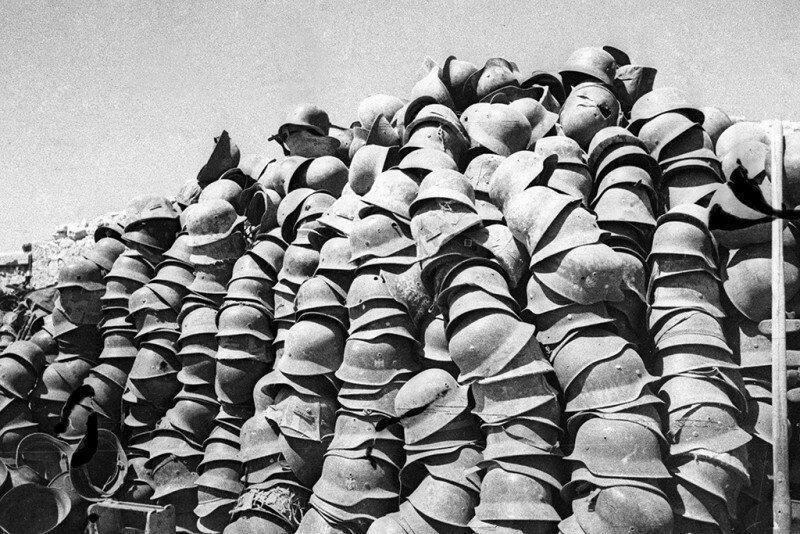 Немецкие каски. Солдаты Красной Армии сложили их штабелями в освобождённом от фашистов Севастополе. Май 1944 года. история, ретро, фото
