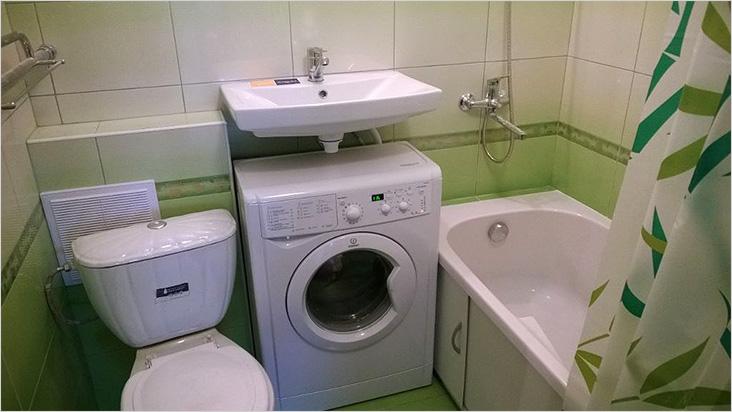 Дизайн ванной комнаты со стиральной машиной и раковиной над ней
