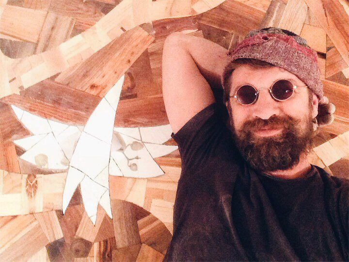 Алексей Стешак — «безумный декоратор», создавший невероятный пол из случайных кусочков дерева