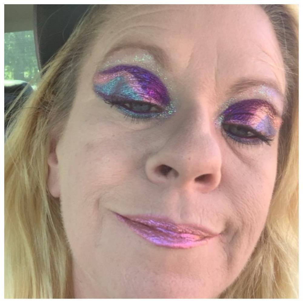 Сияет как новогодняя елка: смелая женщина стала настоящей звездой из-за своего блестящего макияжа. Как на нее реагируют люди