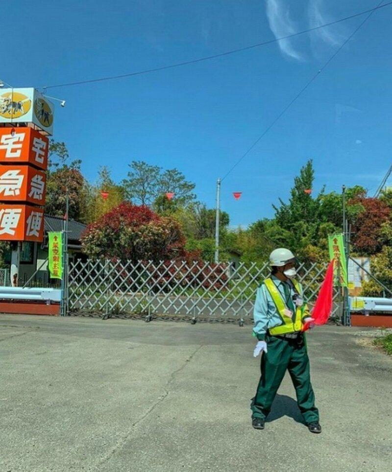 Фукусима кажется застывшей во времени - в вендинговых автоматах видны напитки, на улицах замерли дорогие авто. Кстати, штраф за мародерство в городе составляет около 100 млн йен (примерно 59 млн руб) было стало, в мире, люди, тогда и сейчас, трагедия, фото, фукусима
